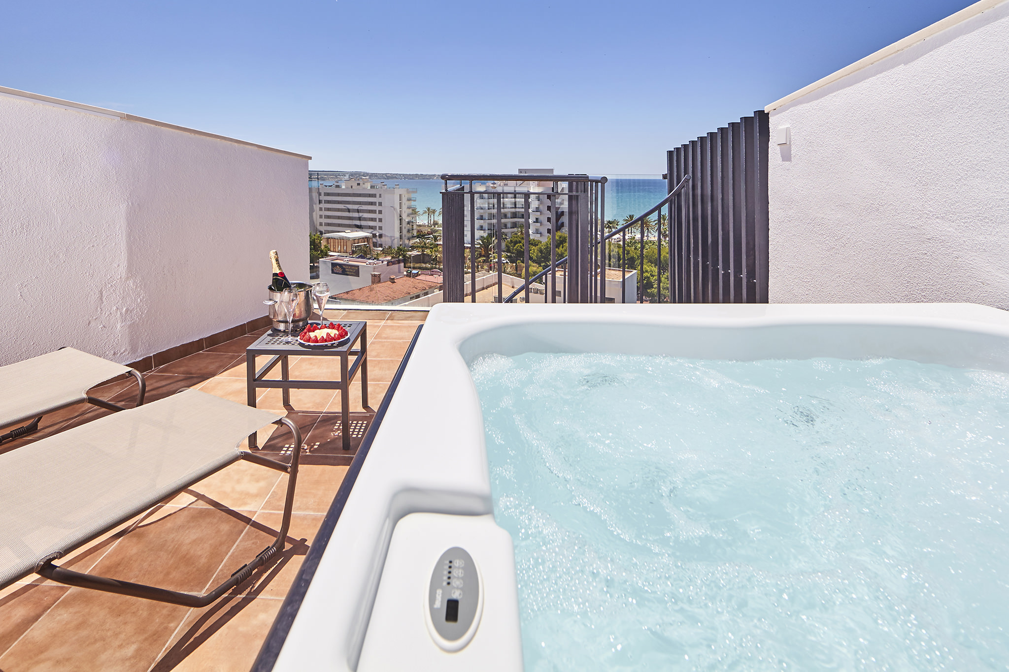 enjoyment of the jacuzzi of the double room sea view in the hotel principe en playa de palma